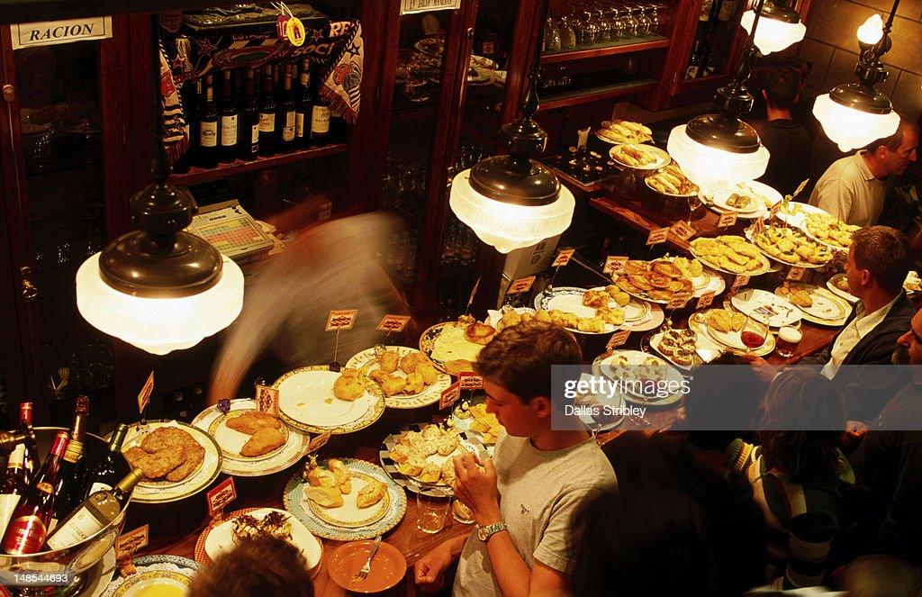 Pintxos on counter of Ormazabal Taberna bar. : Foto de stock