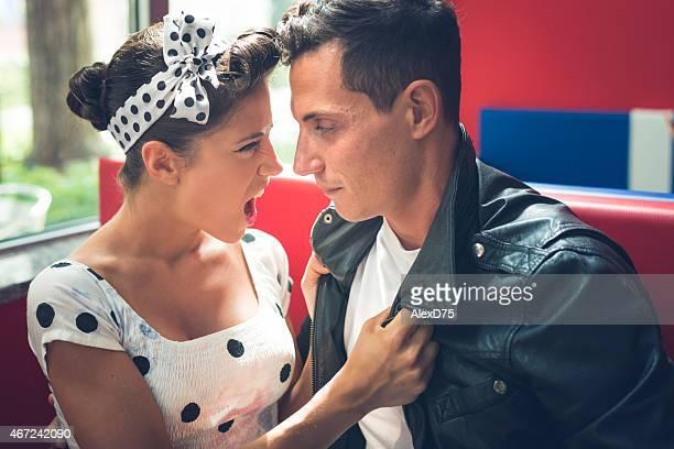 rocker couple qui mériterait et de style des années 1950 - rockabilly photos et images de collection