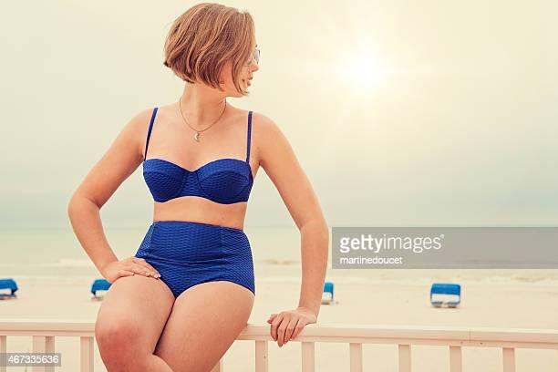 Pin-up stile anni Cinquanta ragazza in bikini, look vintage in spiaggia.