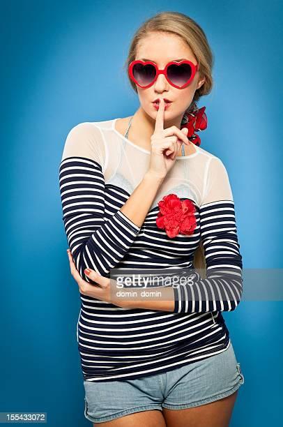 Pin up, vêtements de marin, en forme de cœur, lunettes de soleil, Doigt sur les lèvres