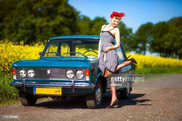 pin-up girl avec voiture - pin up vintage photos et images de collection