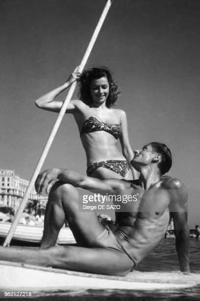 Pinup posant en maillot de bain sur la plage à Cannes en 1950 dans les AlpesMaritimes France