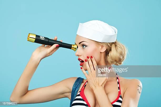 Estilo Pin-up da Mulher de marinheiro com Telescópio