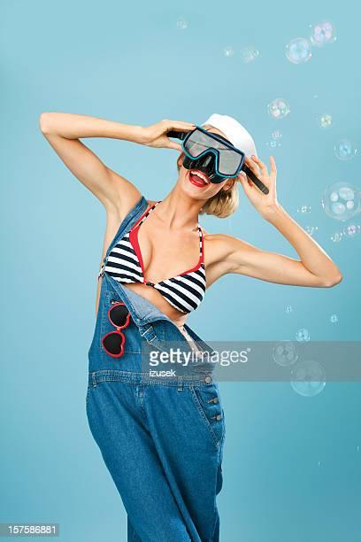 Pin-Up-Stil Matrose Frau posieren mit Taucherbrille