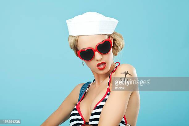 pin-up style marin femme avec des lunettes de soleil - marin photos et images de collection