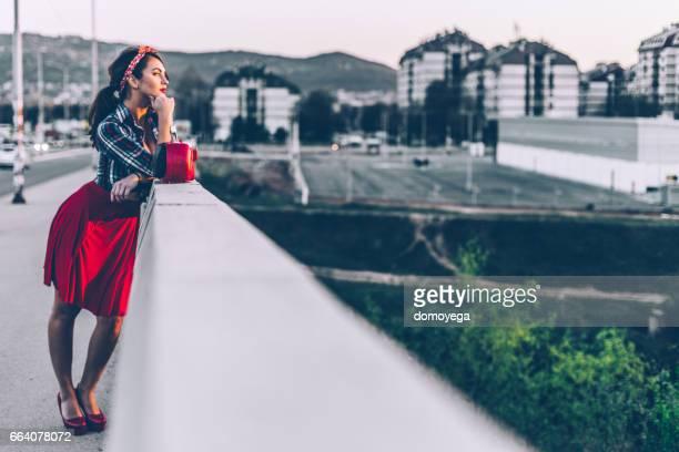 Pin-up-Frau auf der Brücke an einem schönen Frühlingstag