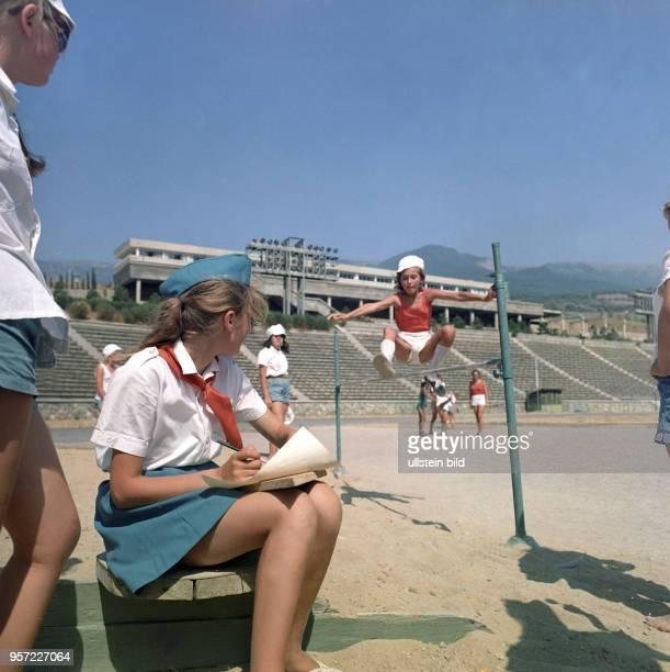 Pioniere des Pionierlagers Artek auf der Krim beim sportlichen Wettkampf aufgenommen im August 1971 Artek war das zentrale Pionierlager der...
