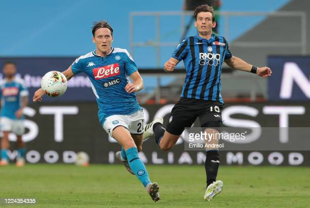 Piotr Zielinski of SSC Napoli is challenged by Marten De Roon of Atalanta BC during the Serie A match between Atalanta BC and SSC Napoli at Gewiss...