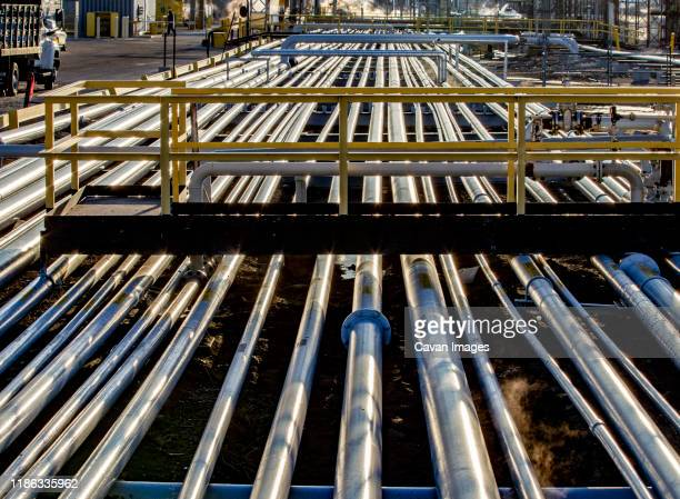 pipe alley in a refinery in the early morning - viga i - fotografias e filmes do acervo