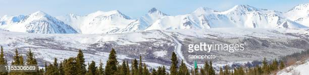 冬パノラマのパイプライン昇順の山 - アラスカ文化 ストックフォトと画像