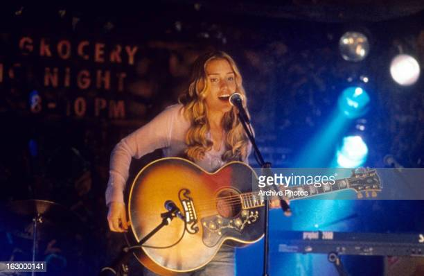 Piper Perabo singing and playing guitar in a scene from the film 'Coyote Ugly' 2000