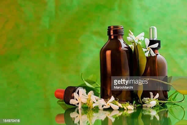 Pipete et bouteille sur fond vert