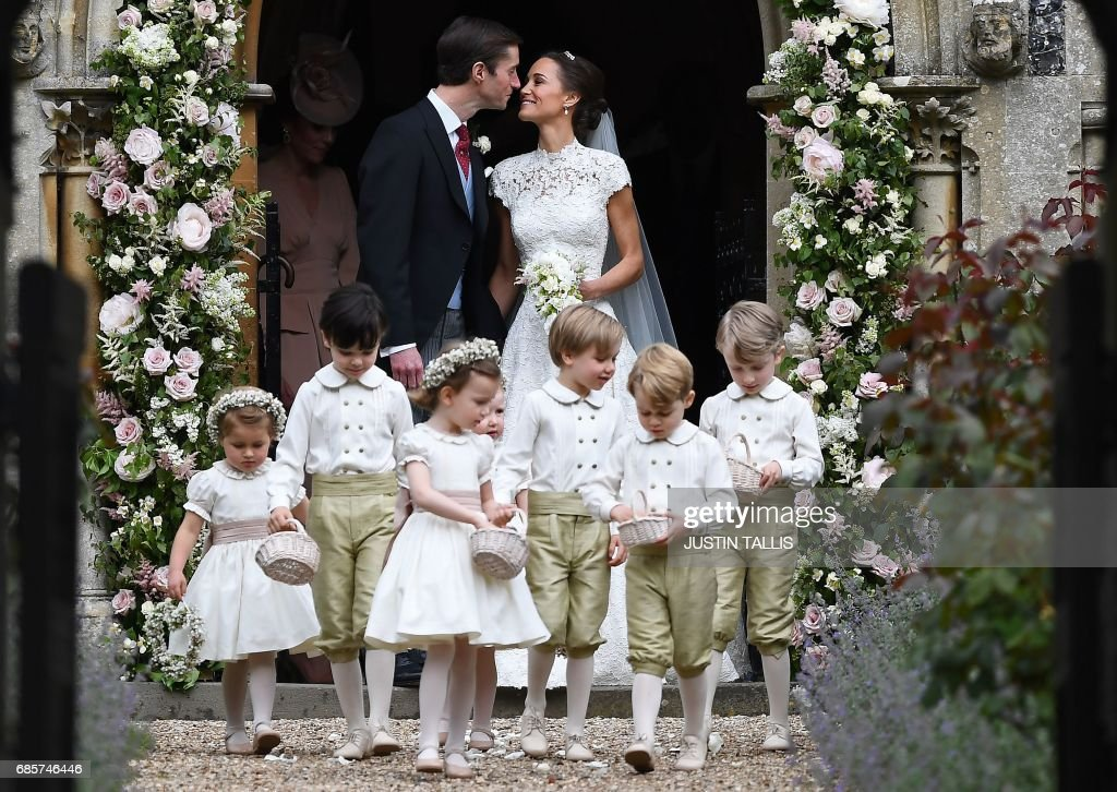 TOPSHOT-BRITAIN-ROYALS-PEOPLE-MIDDLETON-MARRIAGE : News Photo