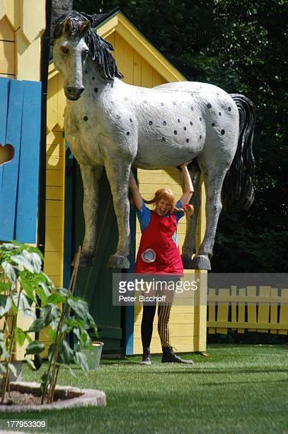 Pippi LangstrumpfDarstellerin hebt Pferd Kleiner Onkel Theaterstück im Freizeitpark Astrid Lindgrens Welt Vimmerby Smaland Schweden Europa Bühne...