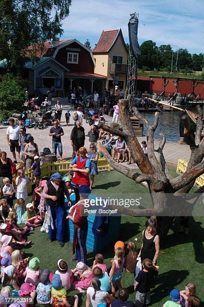 Pippi LangstrumpfDarstellerin Kinder im Publikum Theaterstück im Freizeitpark Astrid Lindgrens Welt Vimmerby Smaland Schweden Europa Garten Villa...