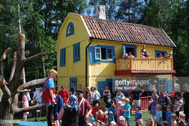 Pippi LangstrumpfDarstellerin Kinder und Eltern aus Publikum im Garten Villa Kunterbunt nach Theaterstück im Freizeitpark Astrid Lindgrens Welt...