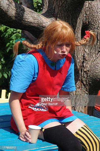 Pippi LangstrumpfDarstellerin Theaterstück im Freizeitpark Astrid Lindgrens Welt Vimmerby Smaland Schweden Europa Bühne Villa Kunterbunt Auftritt...