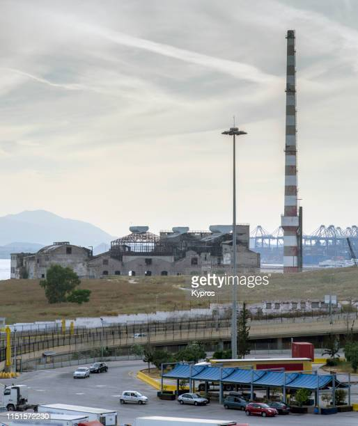 piraeus power plant with chemtrails or skytrails (depending on your point of view and knowledge) - piraeus greece - chemtrails stock-fotos und bilder