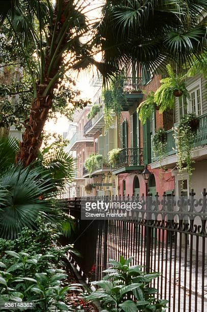 pirate alley in the french quarter, new orleans - barrio francés fotografías e imágenes de stock