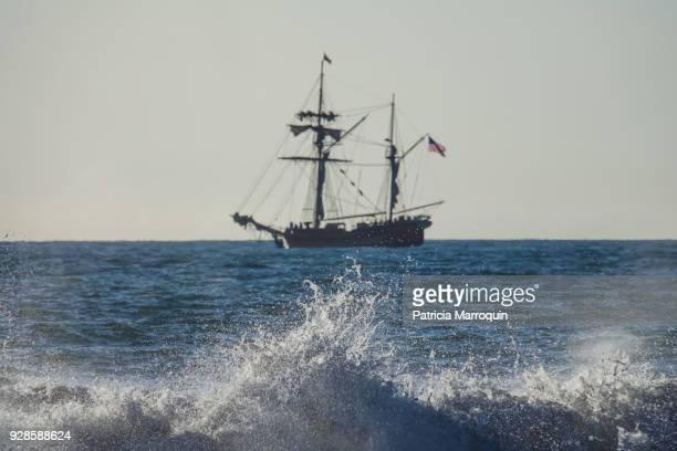 pirate ship in ventura - pirata fotografías e imágenes de stock
