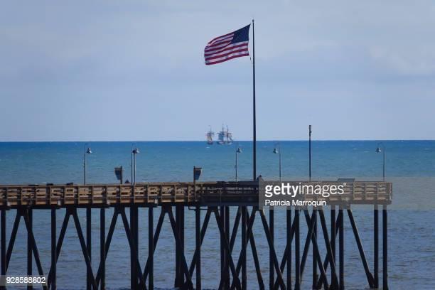 pirate ships, pier and american flag - ベンチュラ市 ストックフォトと画像