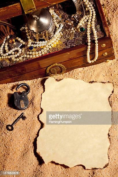 Piraten Brust und leeres Papier begraben in den sand stecken.