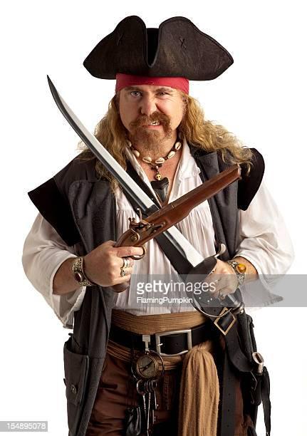 Pirate con pistola y espada, en primer plano. Fondo blanco.