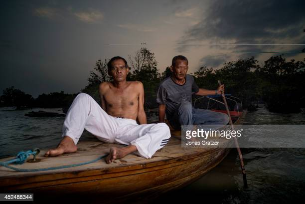 Pirates Henry Brea and his loyal friend sit on a boat on a mangrove swamp where they hide before planning pirate attacks and ambushes on the Strait...