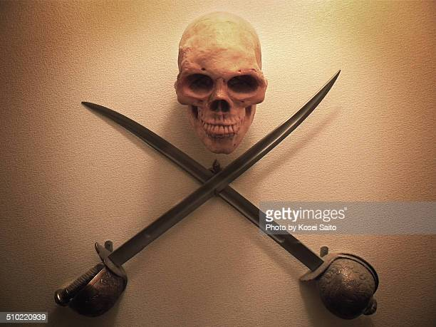 pirates skull and swords - hanging death photos stock pictures, royalty-free photos & images