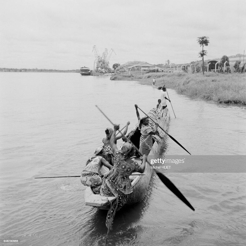 Pirogue sur la rivière Lohale à Banalia, dans la province Orientale,...  Photo d'actualité - Getty Images