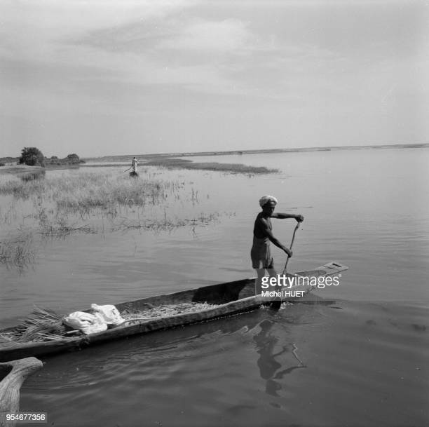 Pirogue sur le fleuve Niger, dans la région de Gao, circa 1950, Mali.