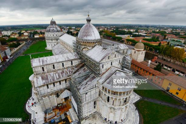 pisa cathedral and pisa tower, campo dei miracoli (field of miracles). - pisa stockfoto's en -beelden