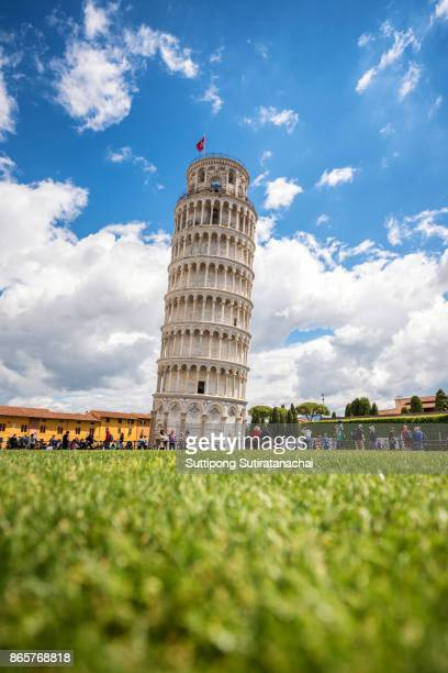 pisa cathedral (duomo di pisa) with the leaning tower of pisa in pisa, tuscany, italy - pisa stockfoto's en -beelden