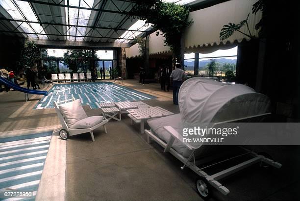 Piscine à l'intérieur du 'Château Marroquin' somptueuse résidence appartenant au trafiquant de drogue Camillo Zapata Vasquez l'un des caïds du cartel...