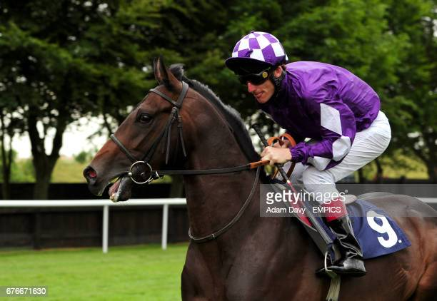 Pisco Sour ridden by Johnny Murtagh goes to post