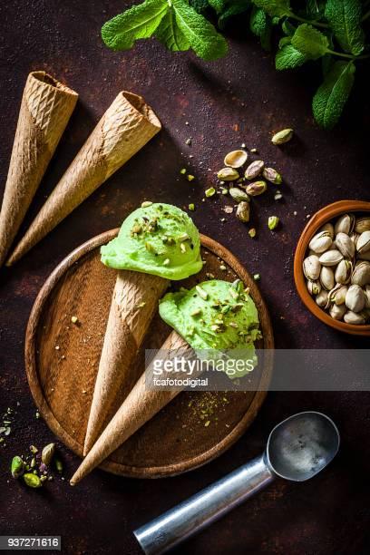 Cornets de glace à la pistache tourné sur table rustique