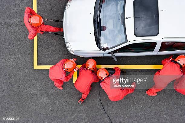 pit crew changing tire on minivan - ピットストップ ストックフォトと画像