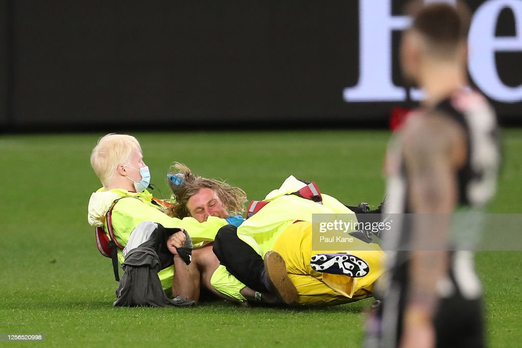 A Pitch Invader Is Tackled To The Ground By Security During The Round Photo D Actualite Getty Images