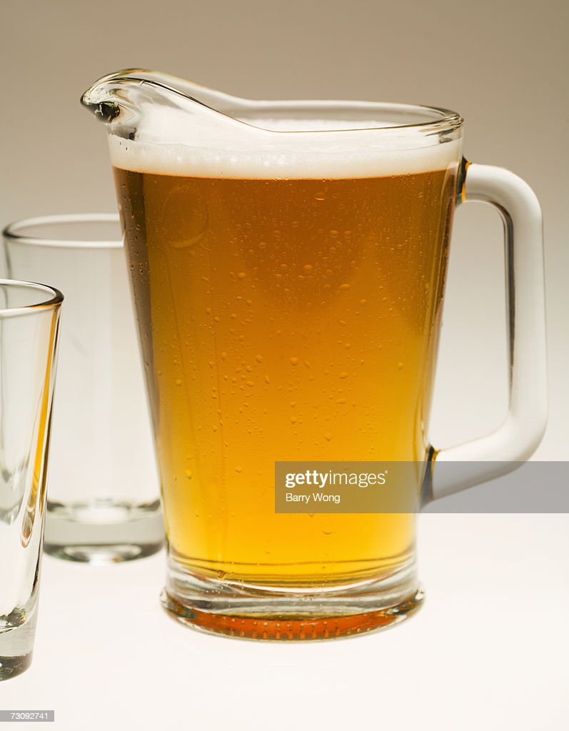 Pitcher of beer and two empty glasses, close-up : Stockfoto