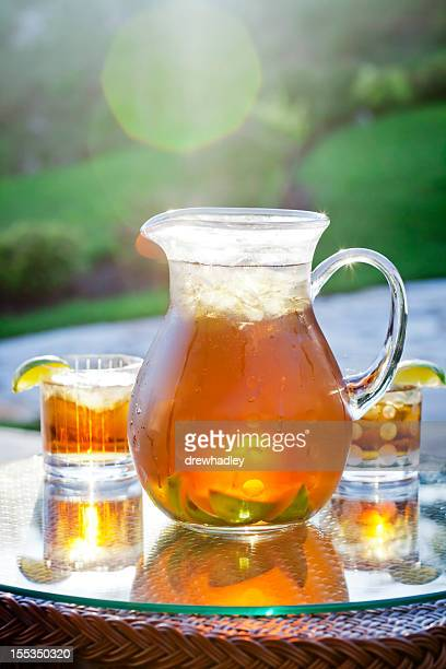 pitcher of refreshing ice tea with lime. - pitcher stockfoto's en -beelden
