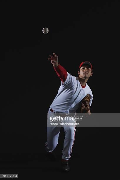 pitcher throwing baseball - 投手 ストックフォトと画像