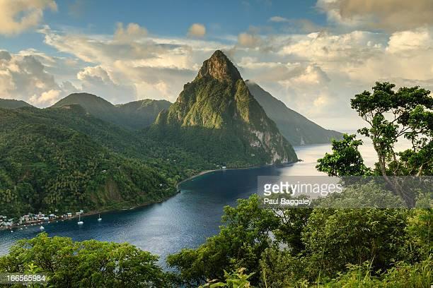 piton view - saint lucia - mar dei caraibi foto e immagini stock