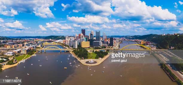 ピッツバーグダウンタウンの航空写真 - オハイオ川 ストックフォトと画像