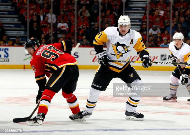 Pittsburgh Penguins Center Evgeni Malkin and Calgary Flames Left Wing Sam Bennett faceoff during an NHL game on October 25 2018 at the Scotiabank...