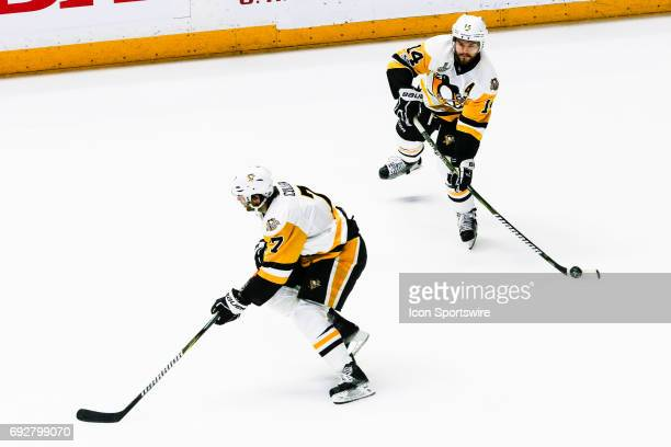 Pittsburgh Penguins left wing Chris Kunitz looks to pass during game 4 of the 2017 NHL Stanley Cup Finals between the Pittsburgh Penguins and...