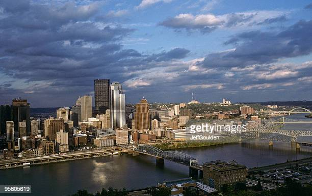 pittsburgh skyline at dusk - jeff goulden stock pictures, royalty-free photos & images