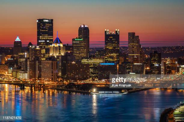 pittsburgh skyline at sunrise - pittsburgh fotografías e imágenes de stock