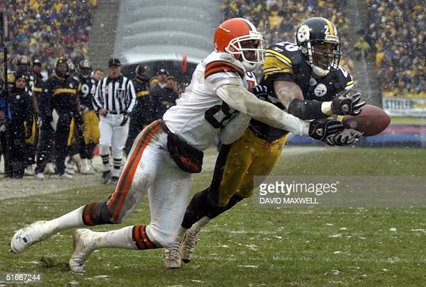 Pittsburgh Steelers' cornerback Deshea Townsend breaks up a pass intended for Cleveland Browns receiver Andre Davis during the second quarter on 05...