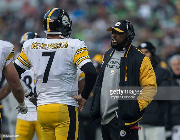 Pittsburgh Steelers head coach Mike Tomlin talks with quarterback Ben Roethlisberger of the Pittsburgh Steelers on the sidelines during a football...