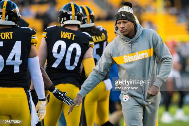 Pittsburgh Steelers linebacker Ryan Shazier shakes hands with teammates during the NFL football game between the Cincinnati Bengals and the...